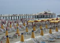 Spiaggia presa di mira dai giovani la protesta dell - Bagno adele lido di camaiore ...