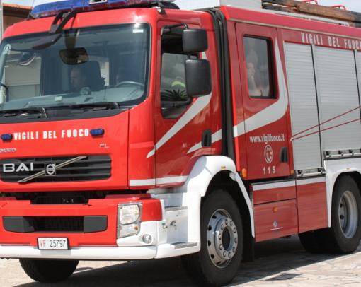 Incendio manda distrutto un capannone a Capannori. Pompieri inviati anche da Viareggio