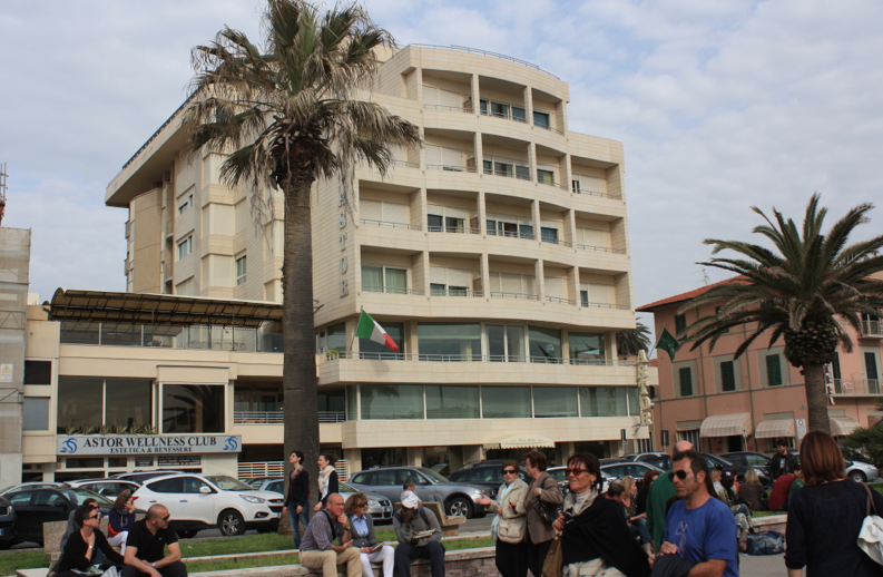 """""""Perché in altri Comuni dissestati la tassa di soggiorno non è aumentata e a Viareggio sì?"""""""