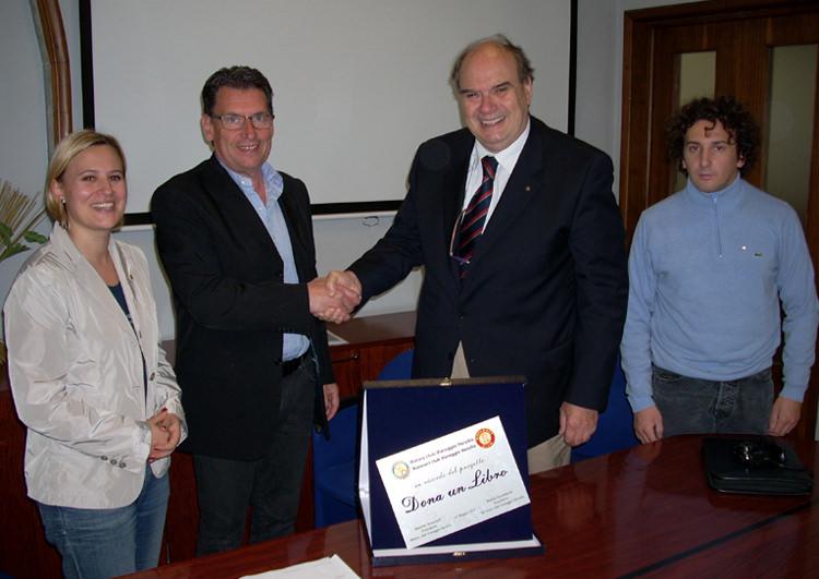 Rotary Club e Rotaract donano oltre 350 libri alla biblioteca dell'ospedale Versilia