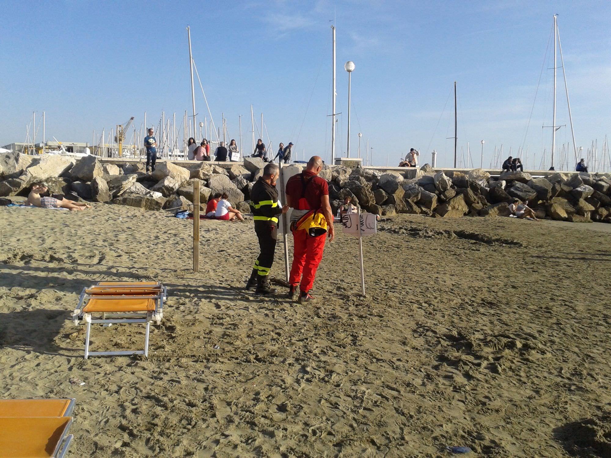 Un ragazzo caduto dagli scogli scattano le ricerche in mare cronaca cronaca viareggio - Bagno flora viareggio ...