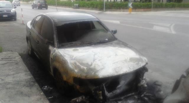Strani incendi tra Viareggio e Camaiore: in fiamme cinque auto