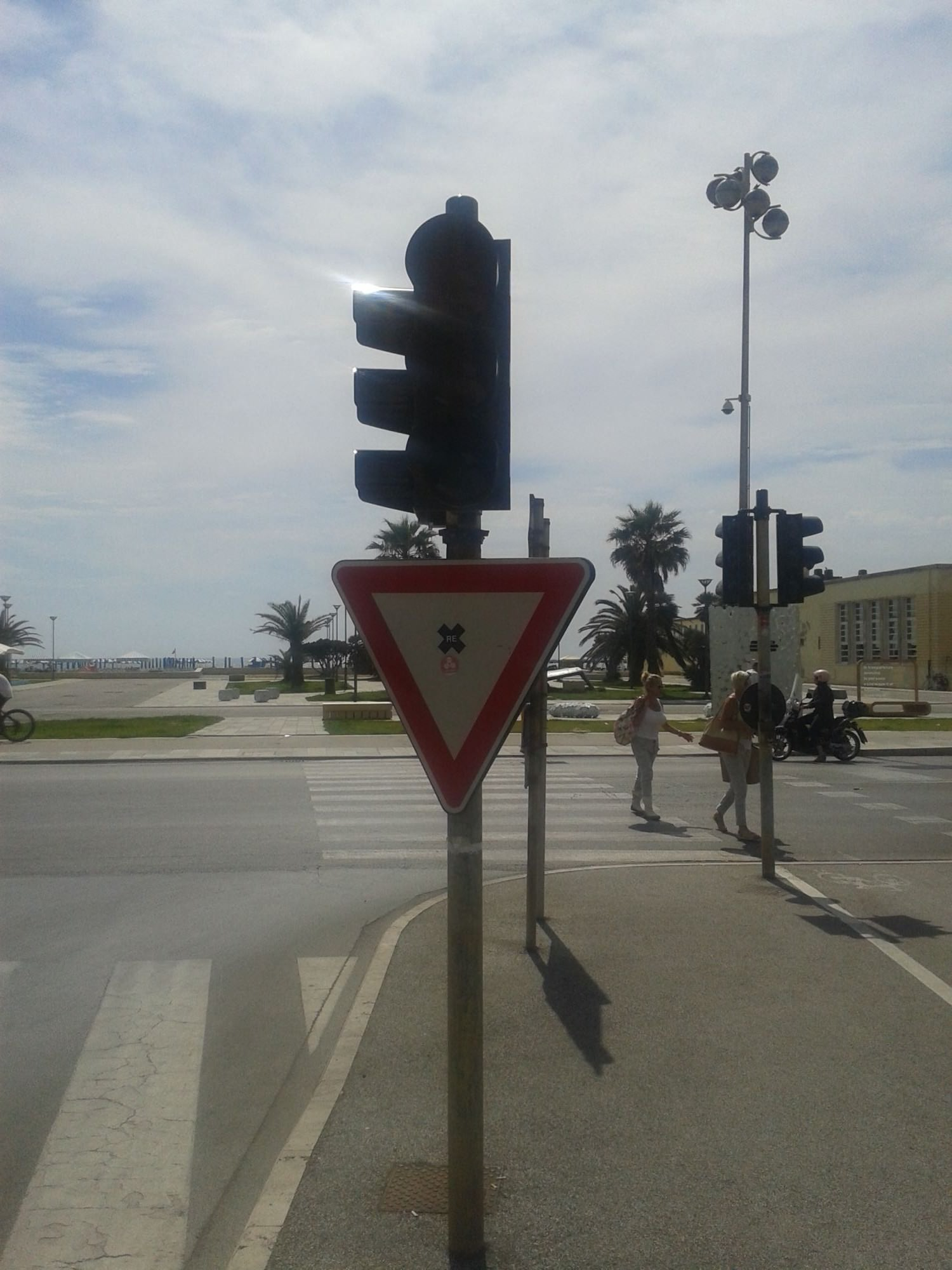 Semafori spenti da giorni, nessuno li ripara: proteste in Darsena e al Marco Polo