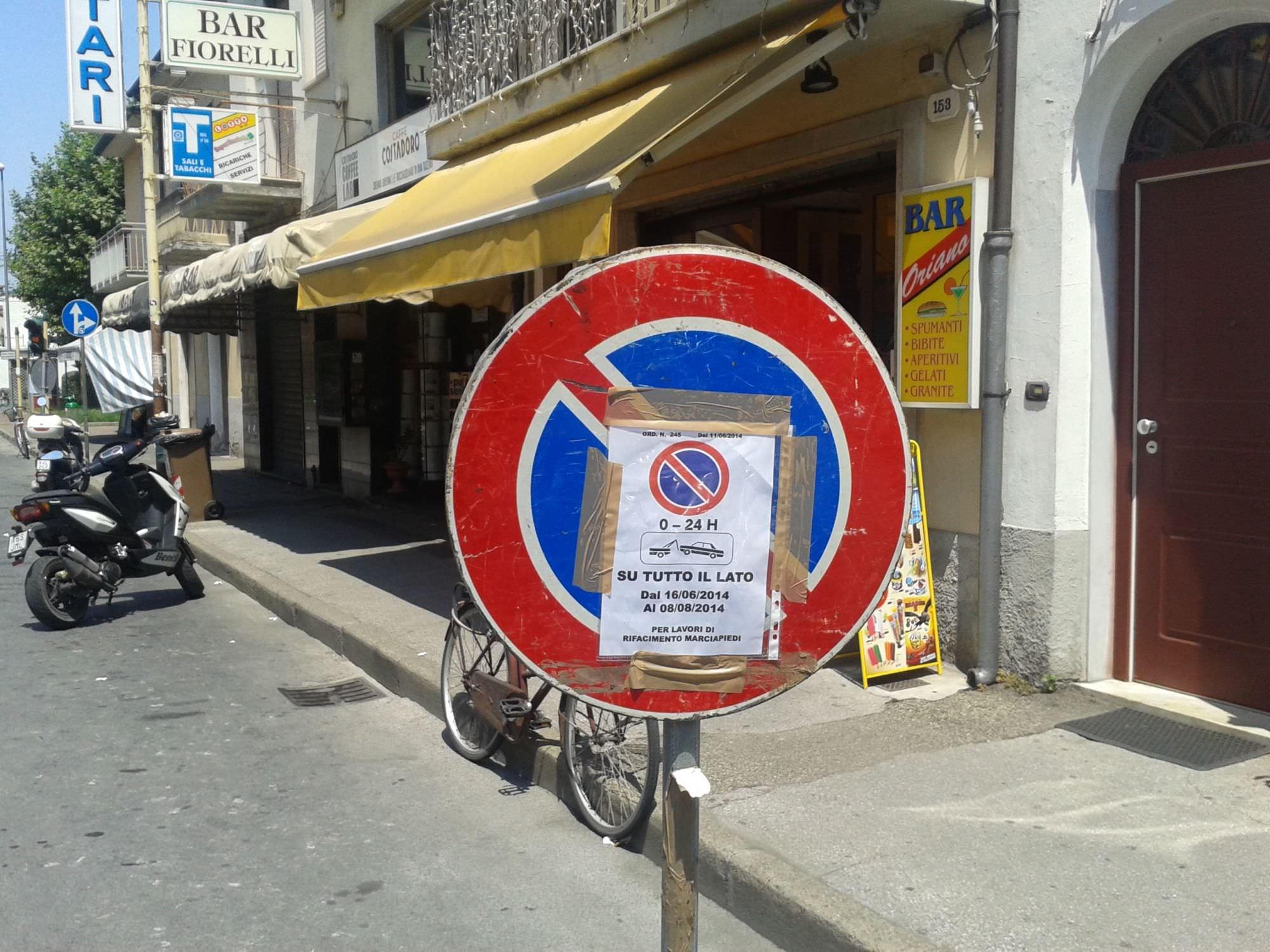 Divieto di sosta su ambo i lati in Via Aurelia Sud, la protesta dei commercianti