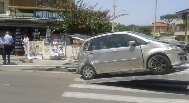 Spettacolare incidente tra via Zara e via Buonarroti. Auto si schianta contro un'edicola
