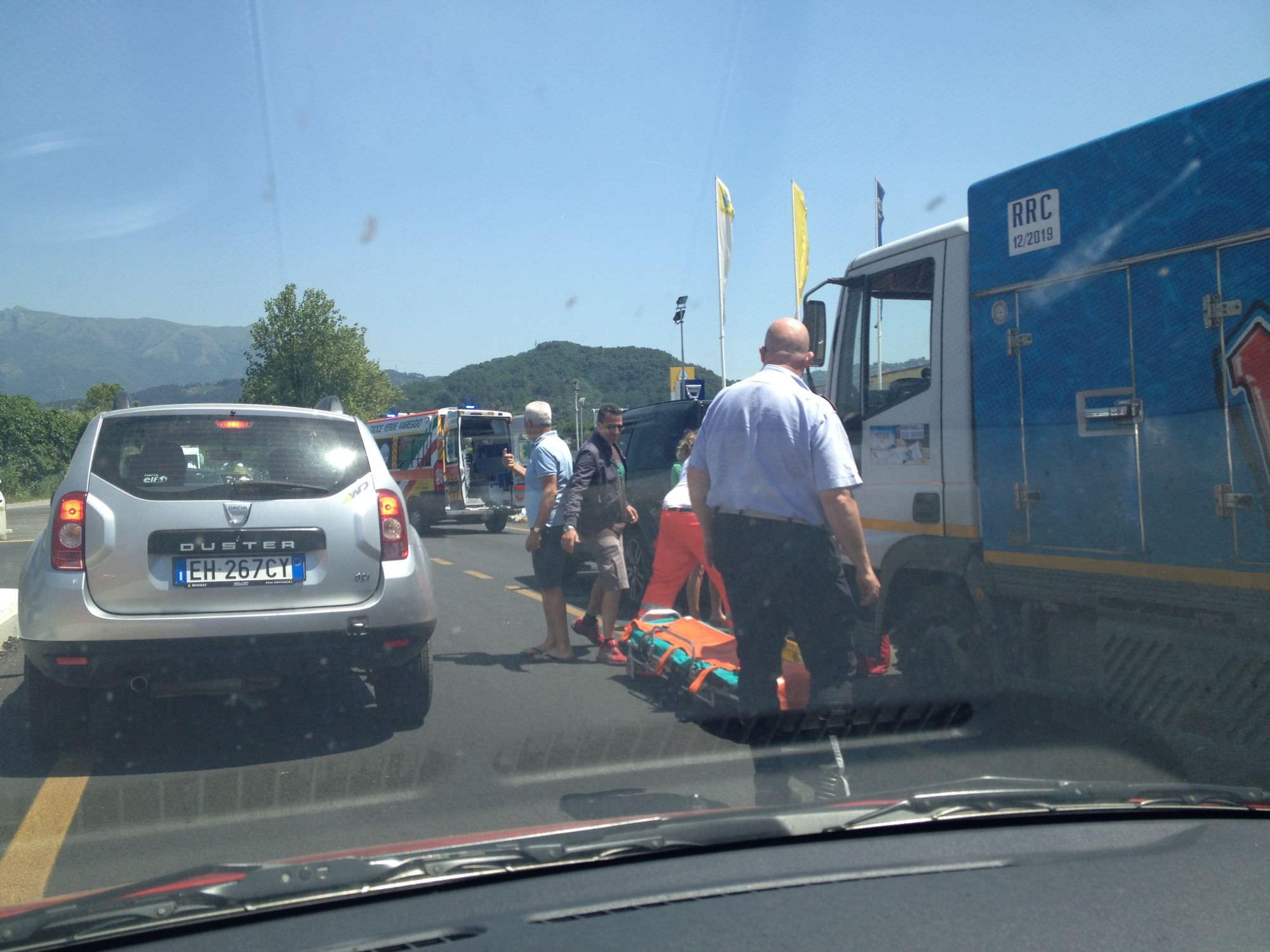 Incidente in via di Montramito, in ospedale una donna. Traffico in tilt