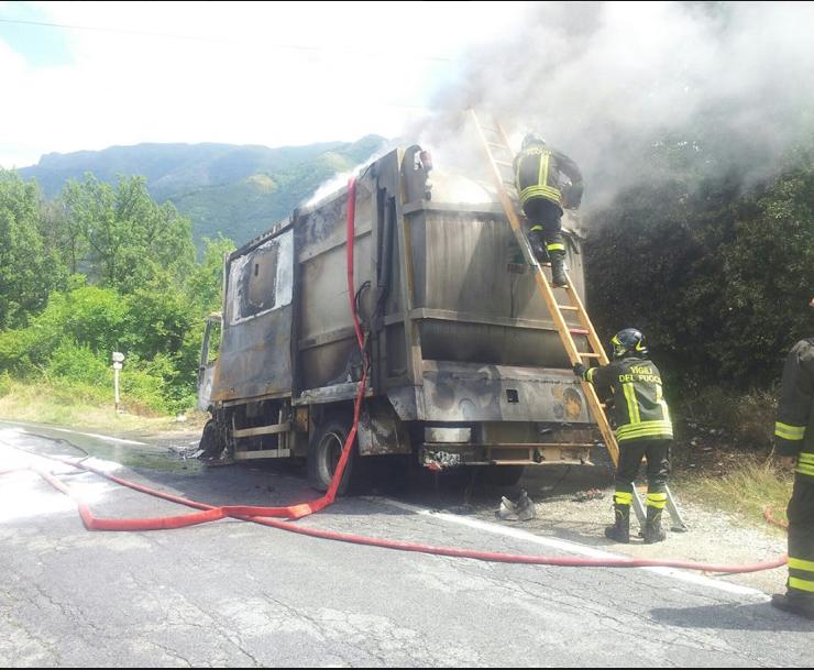 Distrutto dal fuoco un furgoncino Sea. Dati alle fiamme anche alcuni cassonetti