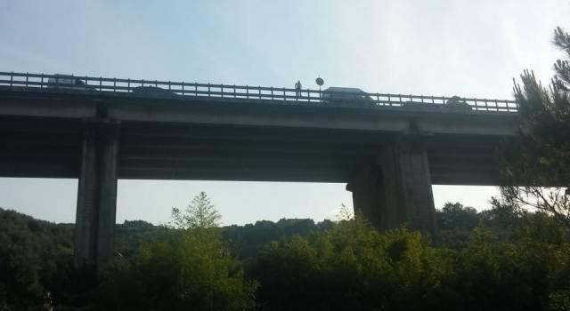 Si taglia le vene e si getta dal viadotto. Tragedia a Massarosa