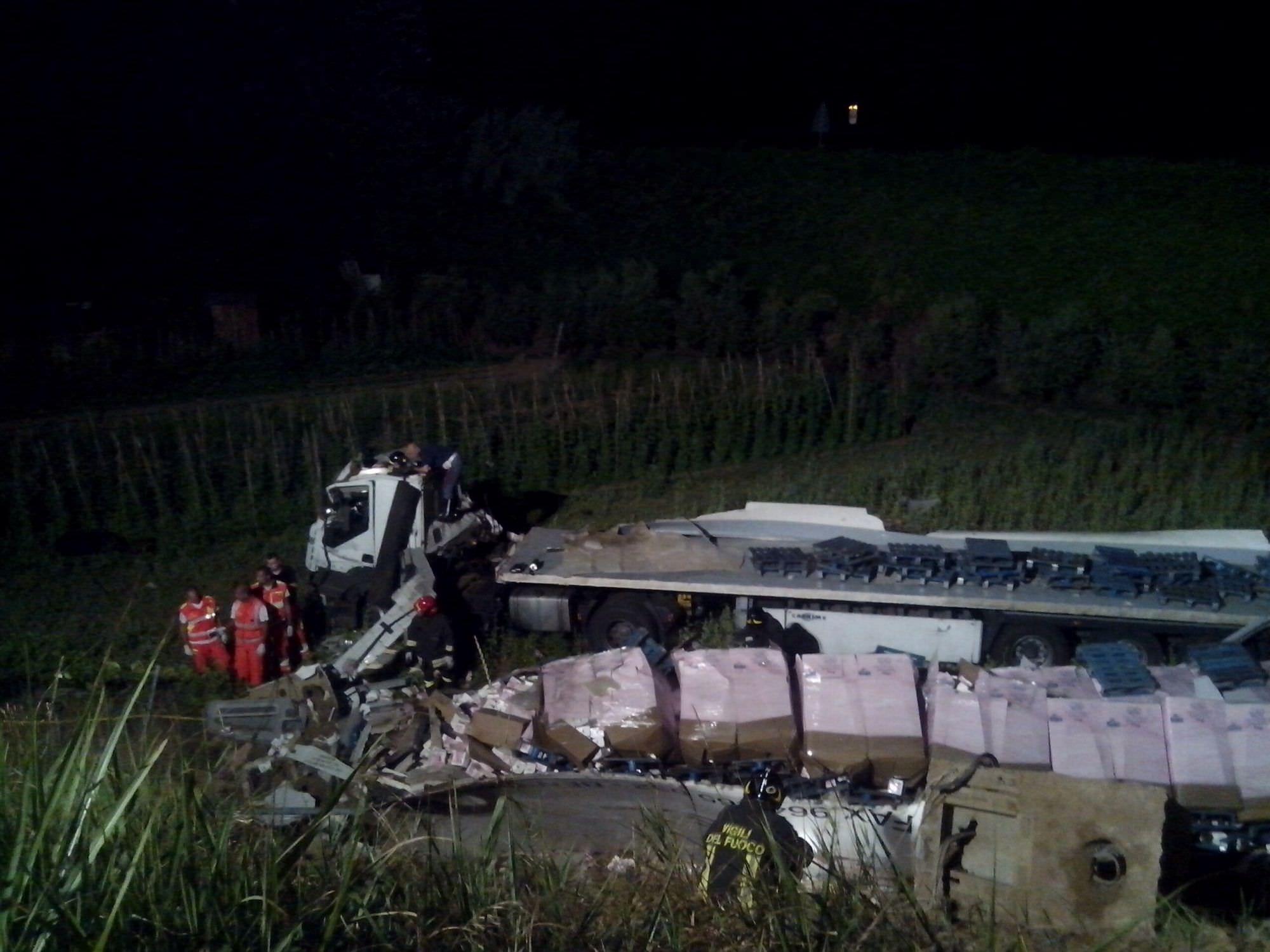 Precipita da 10 metri col camion: incidente mortale sull'autostrada