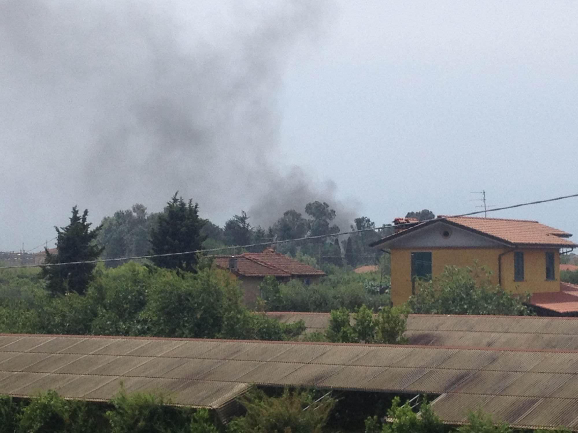 Tre automobili sotto sequestro vanno a fuoco nel piazzale di un'officina