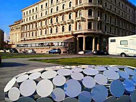 Inaugurate in Passeggiata le 11 panchine di Viareggio Design Net dell'architetto Micheli