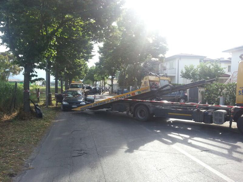 Incidente tra due auto sulla via Italica
