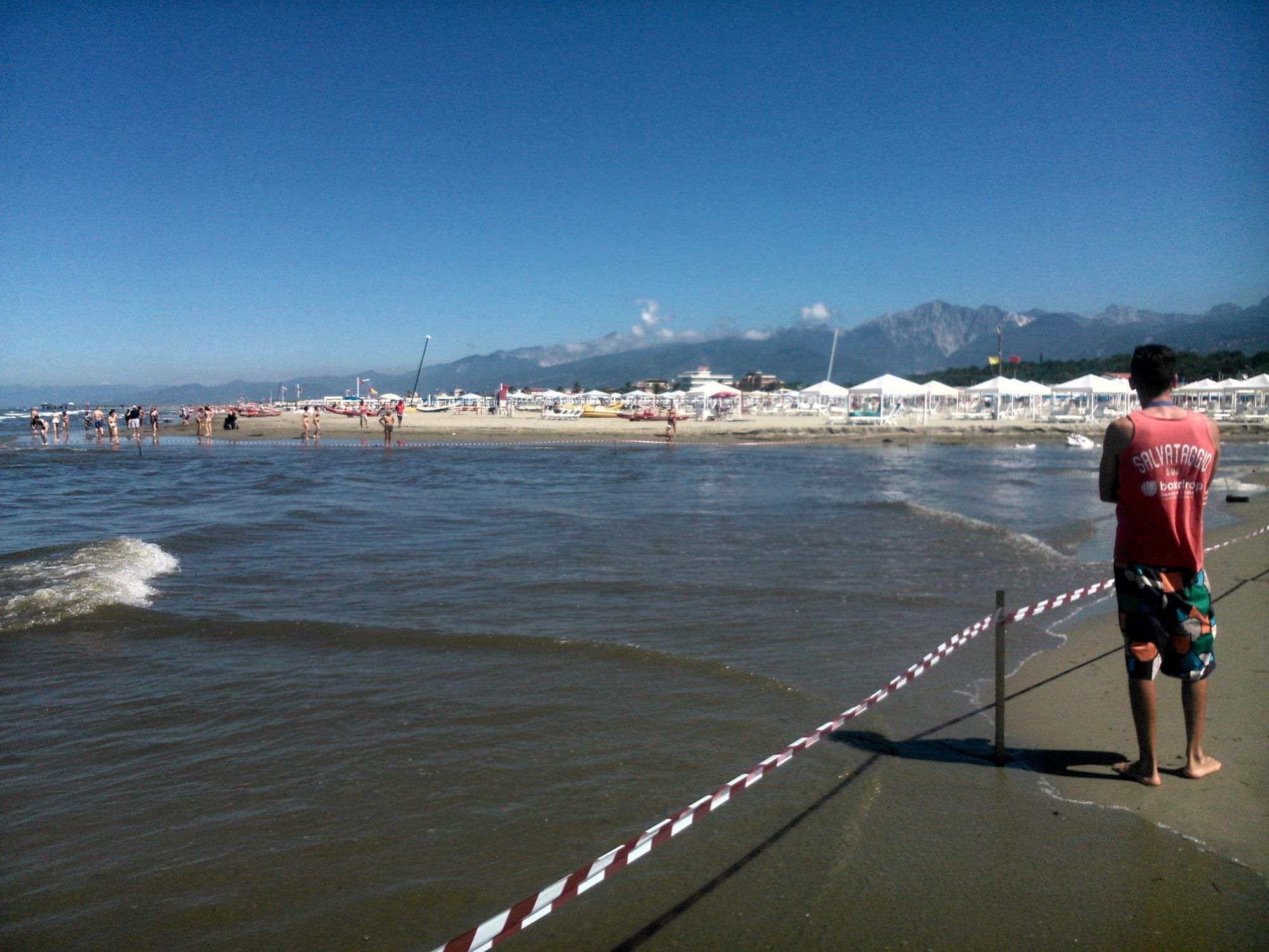Il mare si mangia la costa a Motrone, la corrente mette in pericolo i bagnanti: protestano i turisti