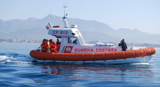 Rimangono con il motore in avaria a 500 metri dalla costa, li salva la Guardia Costiera