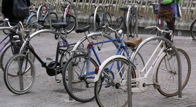 Stalli ad arco alla stazione per legare le biciclette in sicurezza, la proposta di BiciAmici
