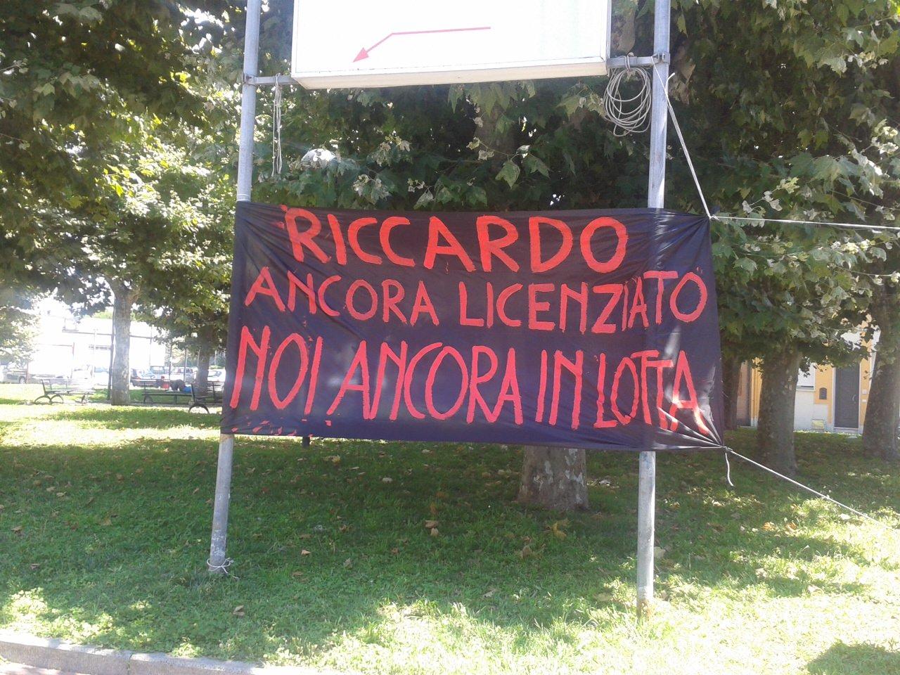 """""""Riccardo ancora licenziato, noi ancora in lotta"""": striscione di solidarietà per Antonini"""