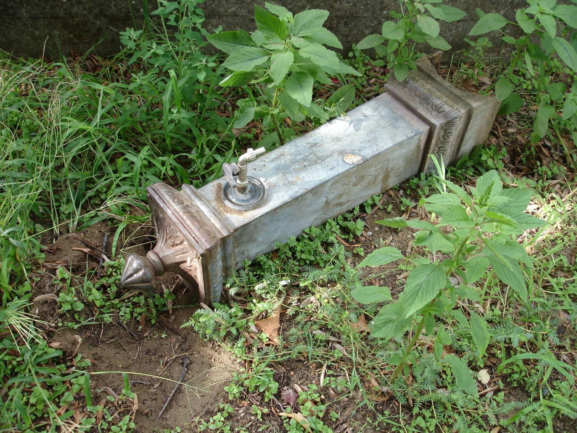 Vandali in azione a Massarosa: abbattuta una fontana pubblica (foto)