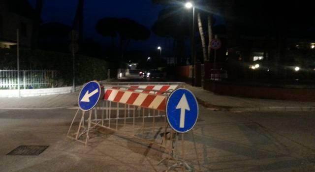 """Buca sulla strada da oltre un mese, i turisti: """"Quelle transenne sono un pericolo pubblico"""""""
