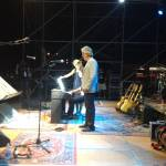 Andrea Bocelli mentre canta allo Sugar Night