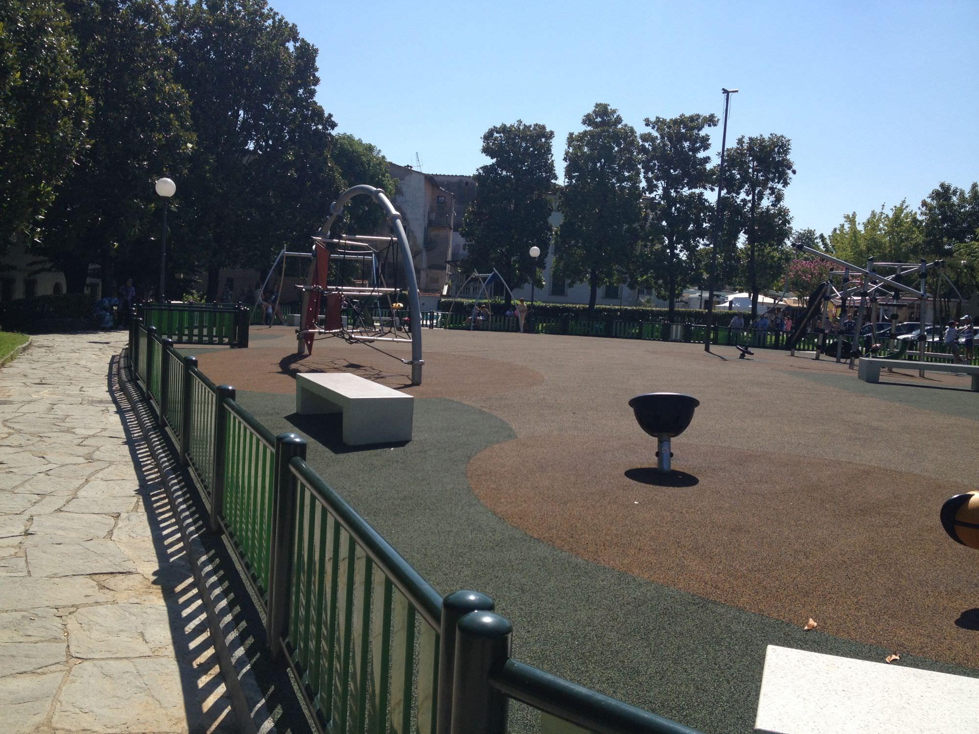 Camaiore, già installata l'altelena per disabili al parco Papa Giovanni XXIII