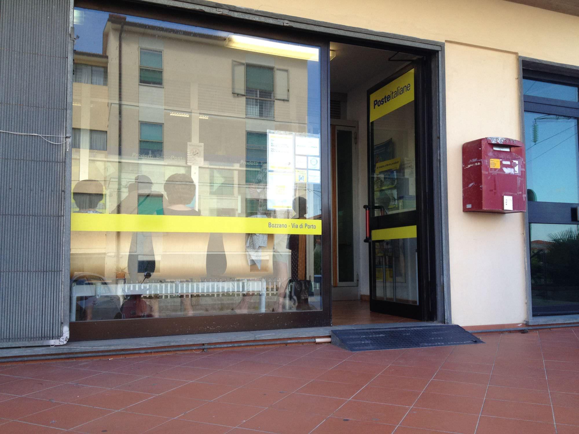 Manca il personale, code negli uffici postali della Versilia
