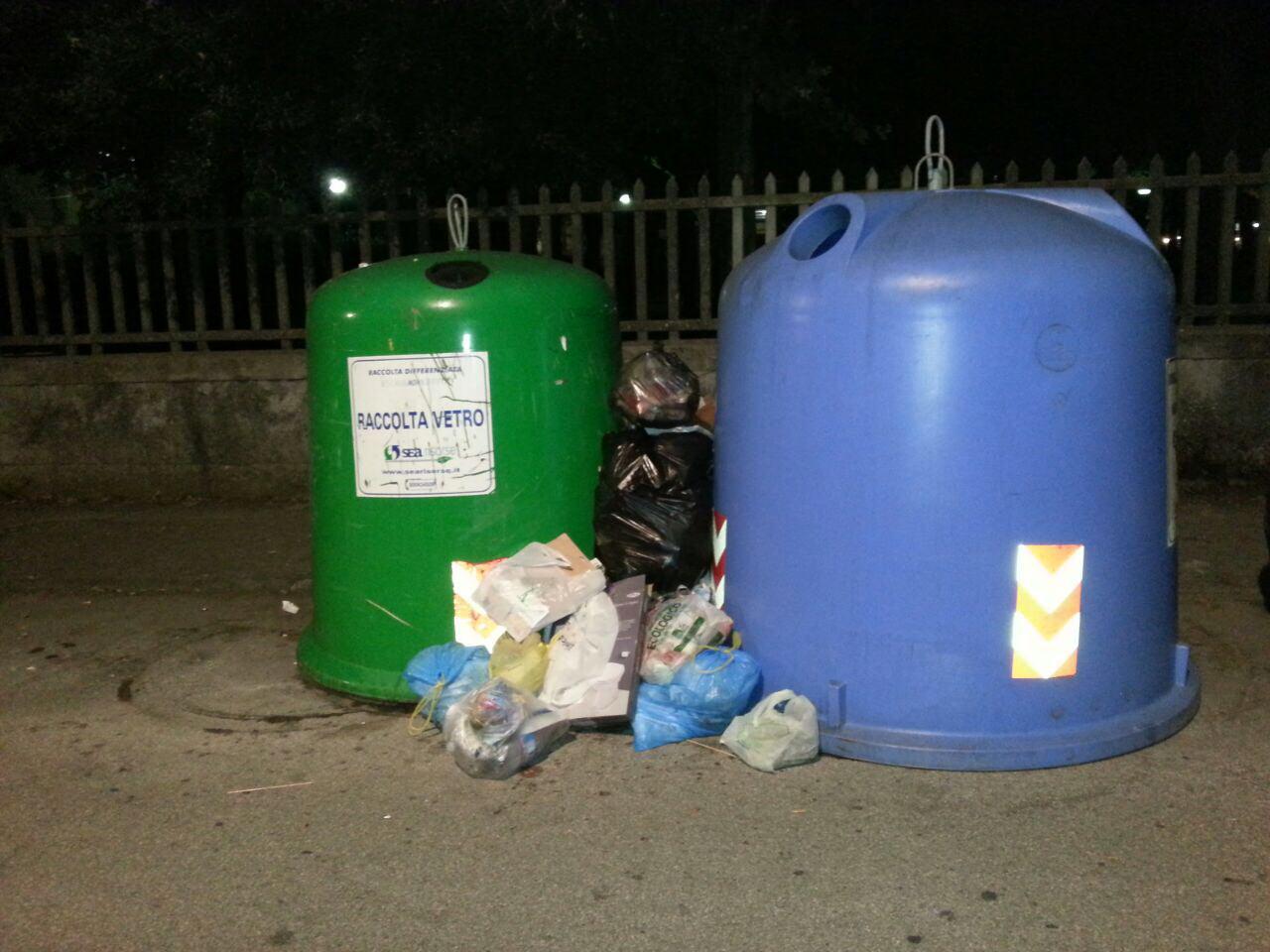 Lido invasa dai rifiuti. Le foto tra sporcizia e degrado
