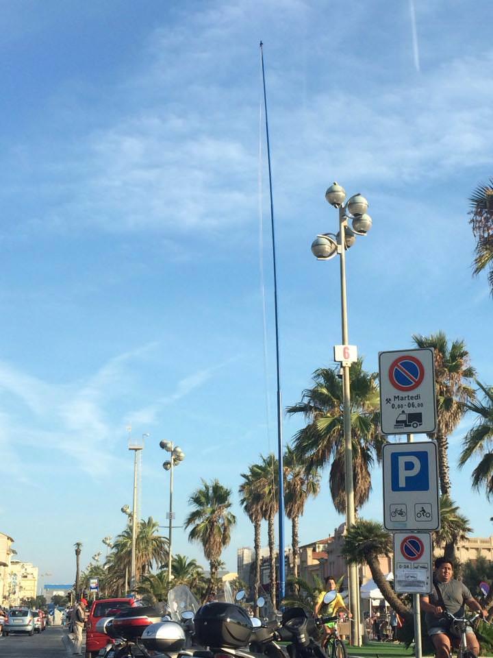 Rimossa la bandiera blu dal pennone di piazza Mazzini a Viareggio
