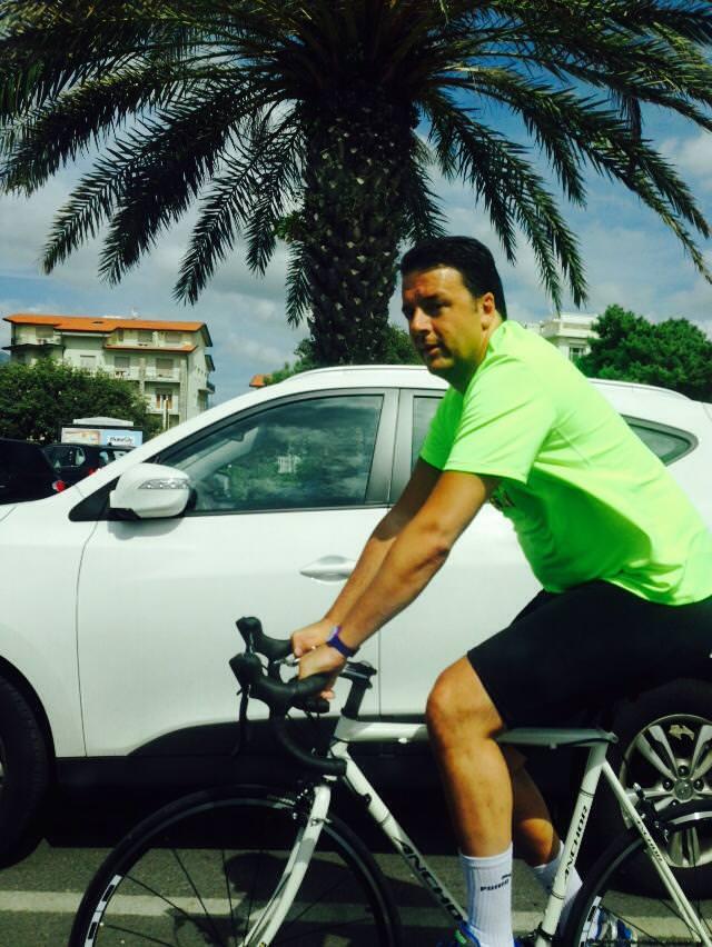 Mattinata sportiva per Matteo Renzi. Partita a tennis e bicicletta