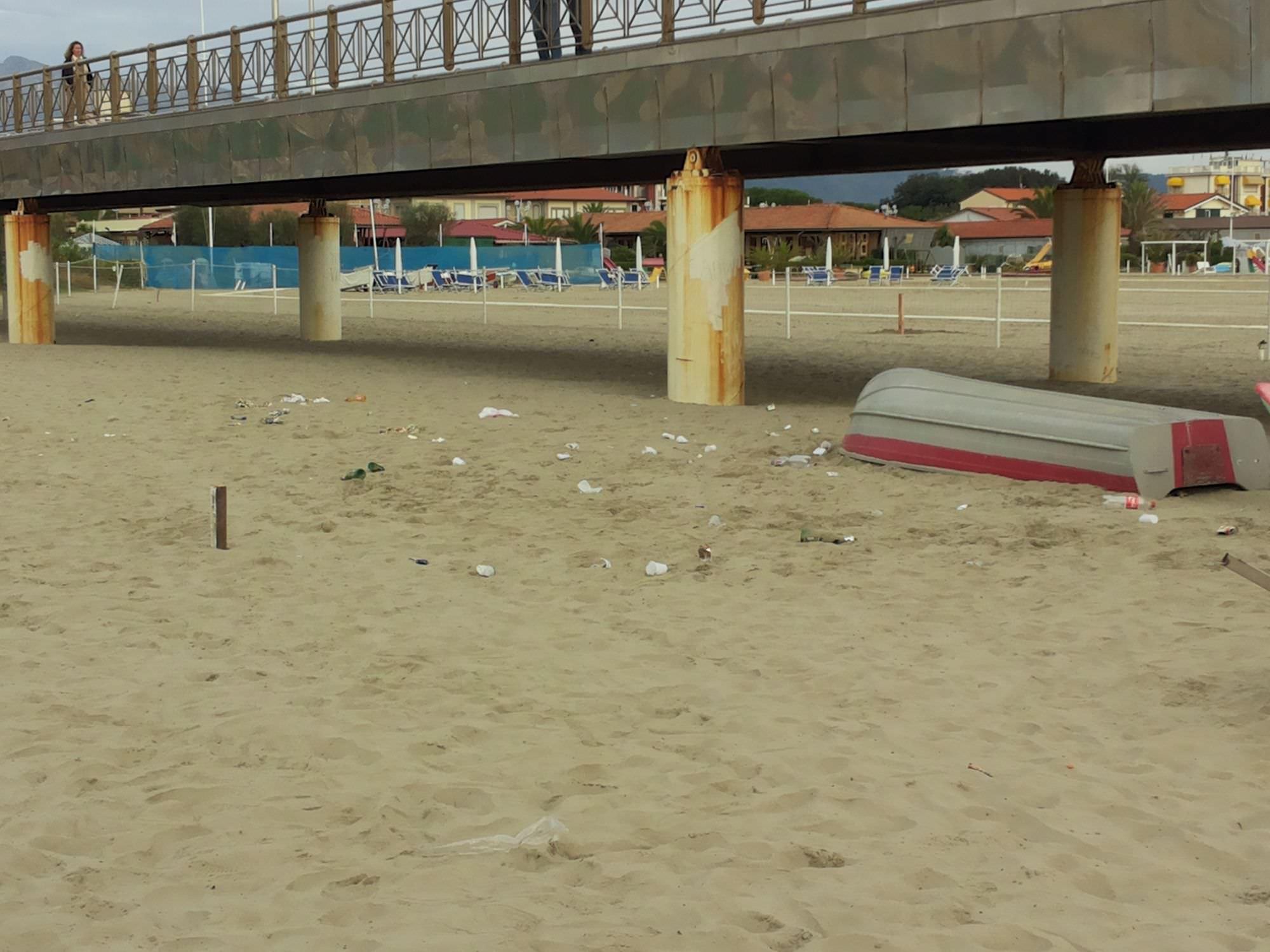 Proseguono gli interventi di pulizia a Marina di Pietrasanta
