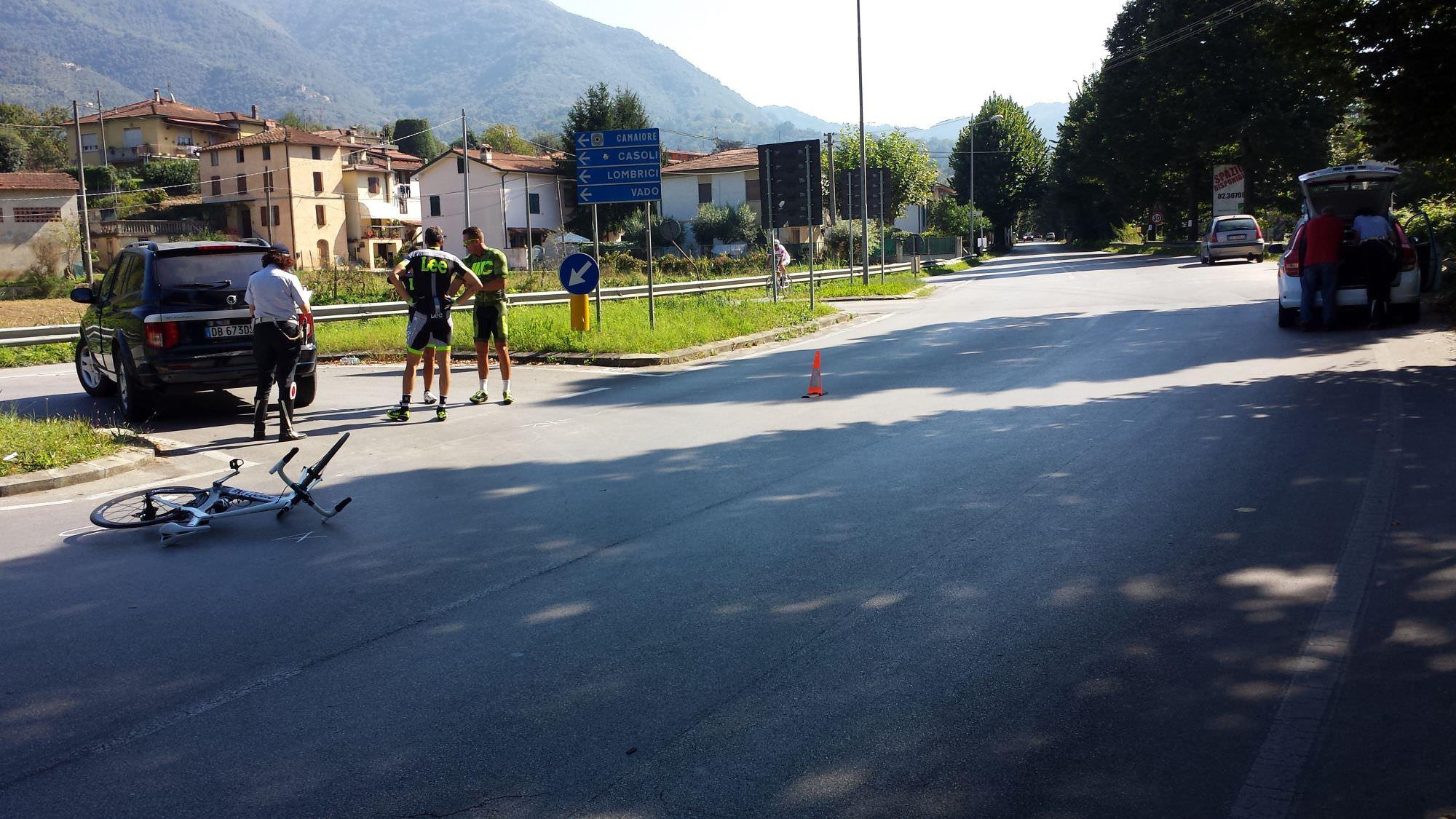 Auto finisce contro gruppo di ciclisti. Tra loro anche l'ex campione Mario Cipollini