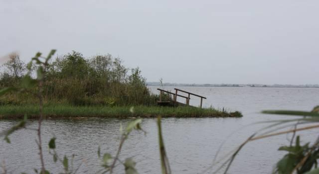 I danni della furia del vento: isole spostate sul lago e la Burlamacca bloccata in porto (le foto)
