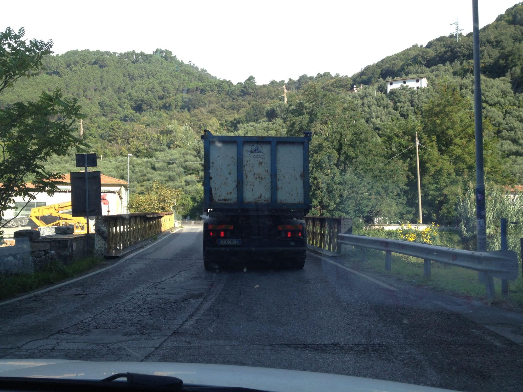 Stop ai camion sul viale Apua