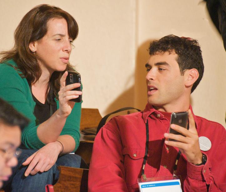 Lui, lei e l'Iphone: il terzo incomodo del nuovo Millennio. Felicemente