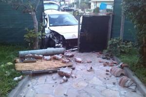 Sbandano e finiscono con l'auto dentro il giardino di una casa (le foto)