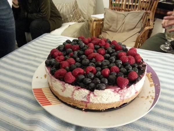 cheesecake fredda con frutti di bosco freschi