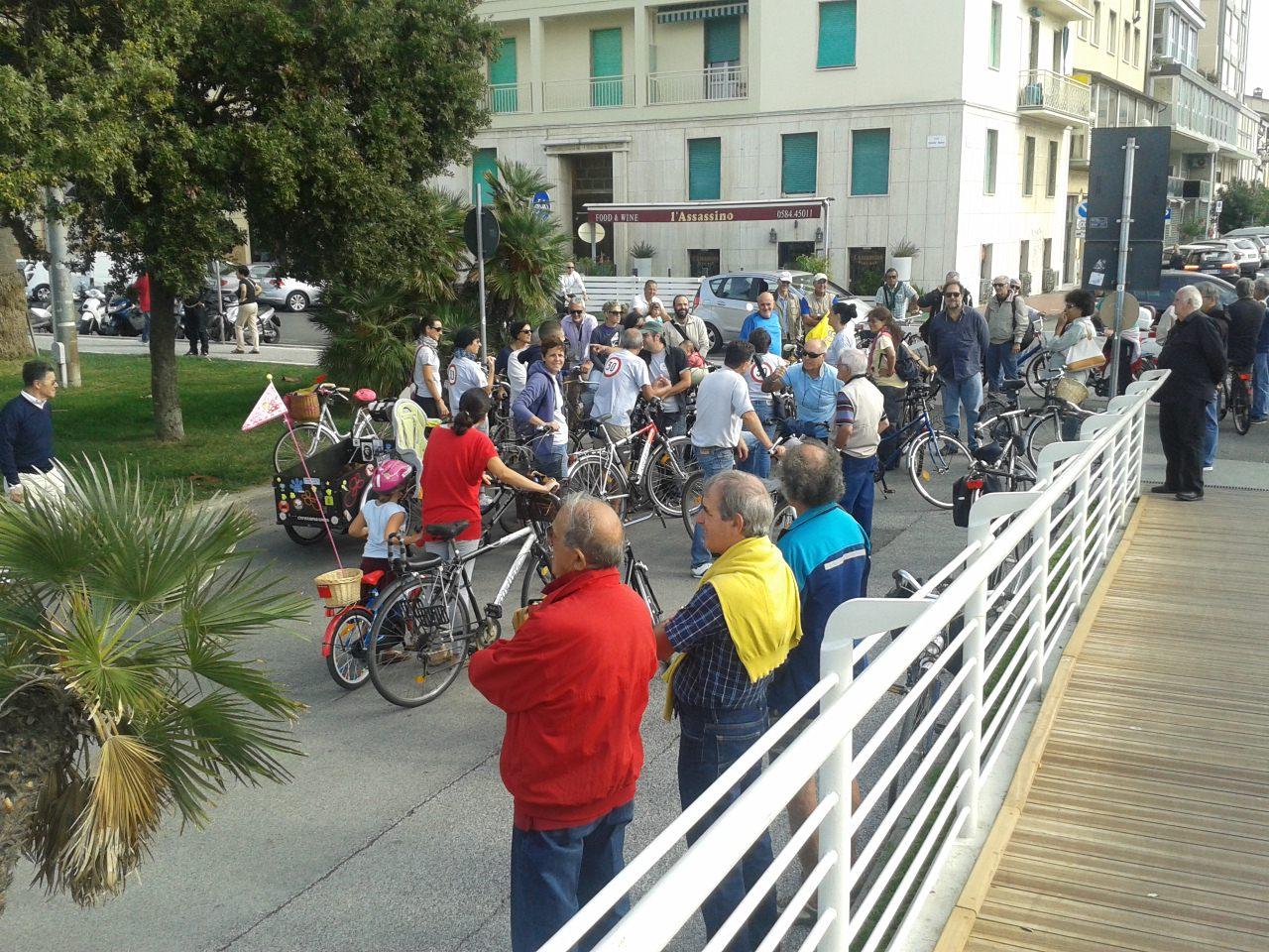 """Flash mob sulla passerella, la provocazione: """"Ora vietate anche i tacchi a spillo"""" (le foto)"""