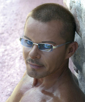 Den Harrow accusato dalle ex di violenza, ma da Viareggio lui nega tutto