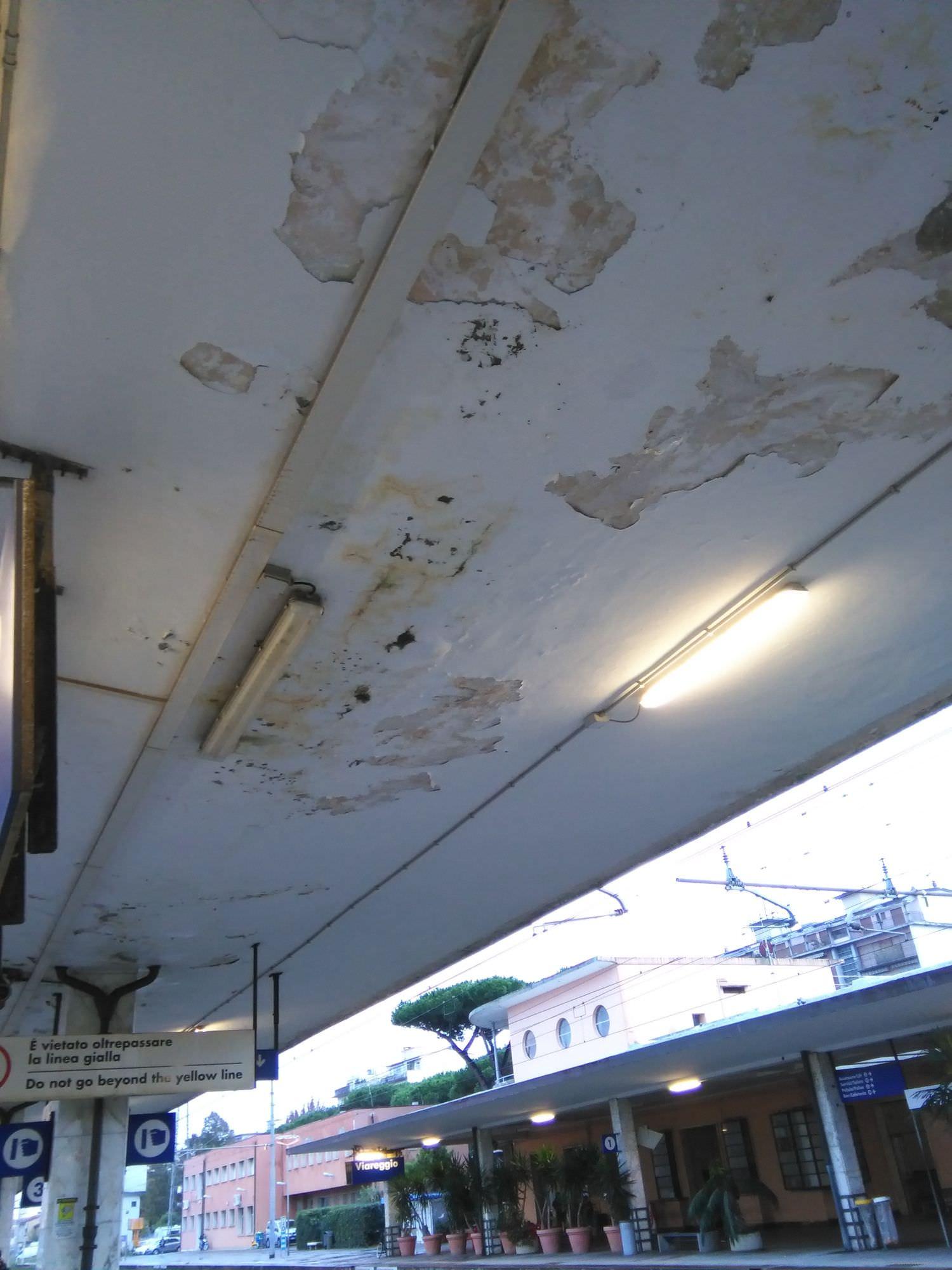 Infiltrazione in una tettoia della stazione, scale bagnate nei giorni di pioggia