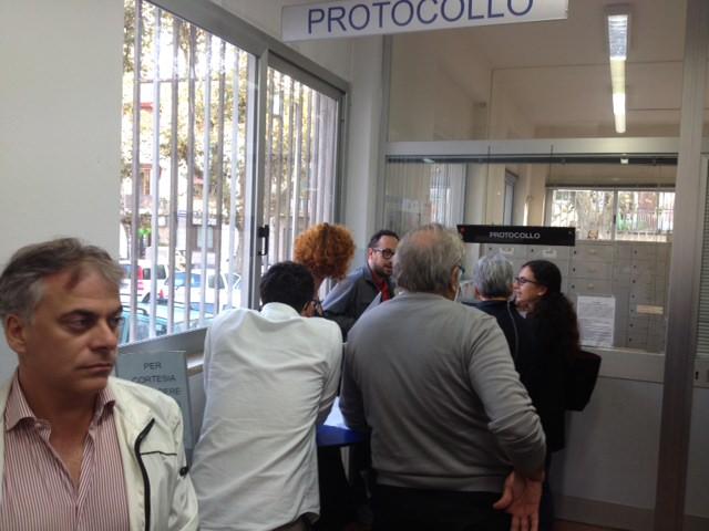 Crolla la giunta Betti, 13 consiglieri protocollano le dimissioni: Viareggio commissariata