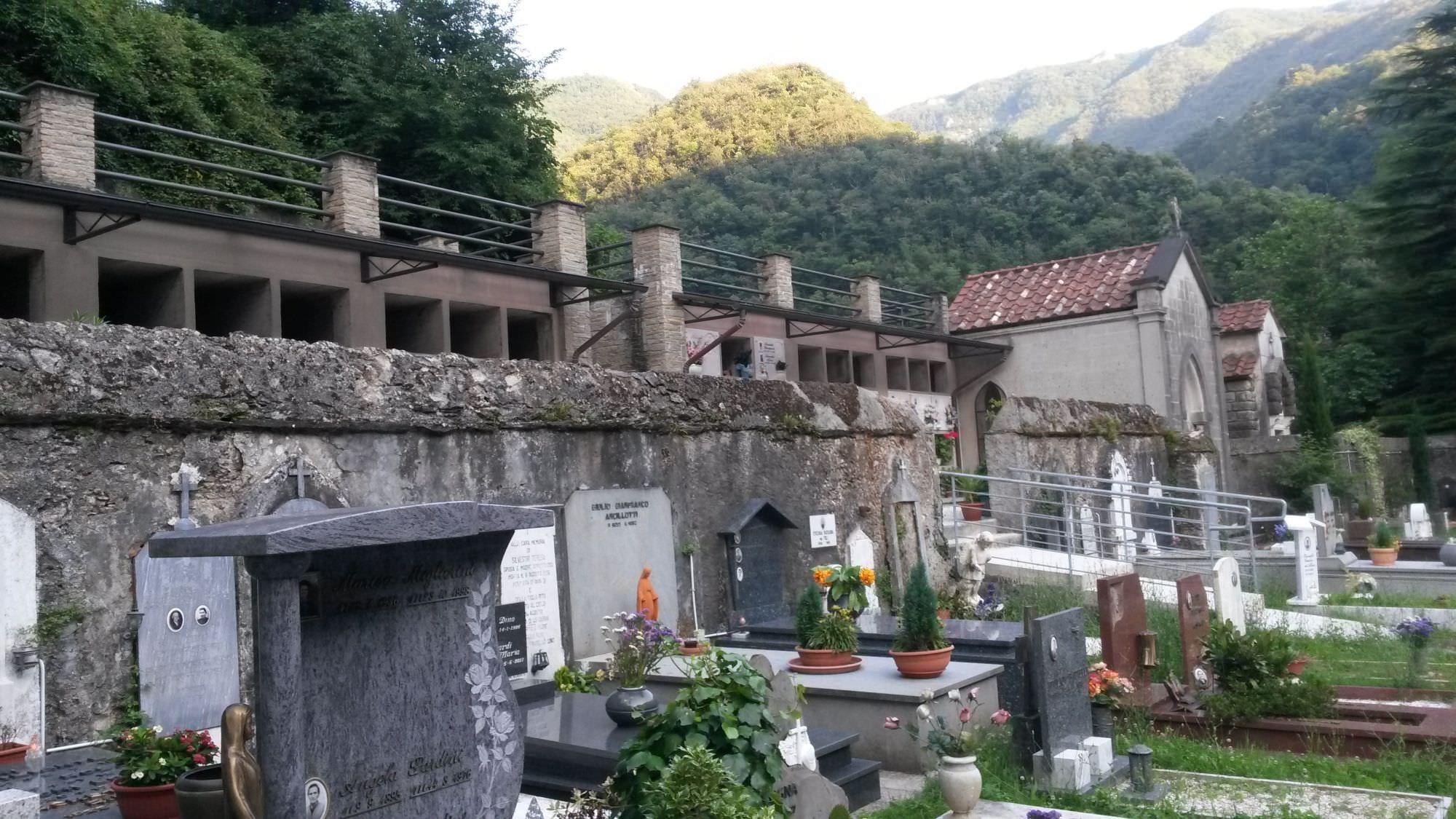 I cittadini puliscono il cimitero di Ruosina