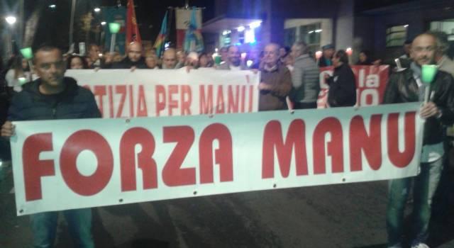 """""""Riprendiamoci la città"""", centinaia di persone a Viareggio per la fiaccolata della legalità"""