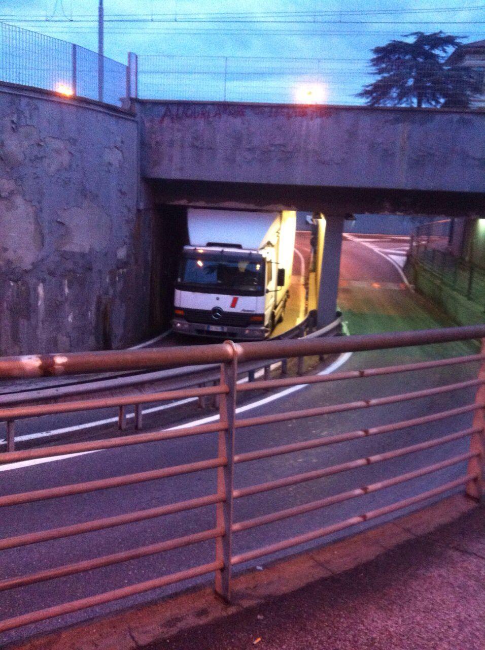 Carico troppo alto, camion resta incastrato nel sottopassaggio di Torre del Lago