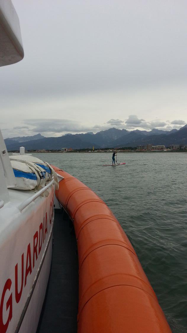 Va al largo ma il vento gli impedisce di tornare a riva, salvato surfista viareggino