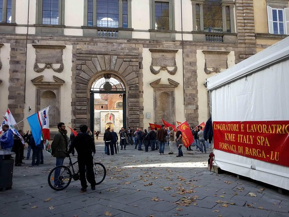 Crisi occupazionale, i metalmeccanici manifestano di fronte alla prefettura di Lucca