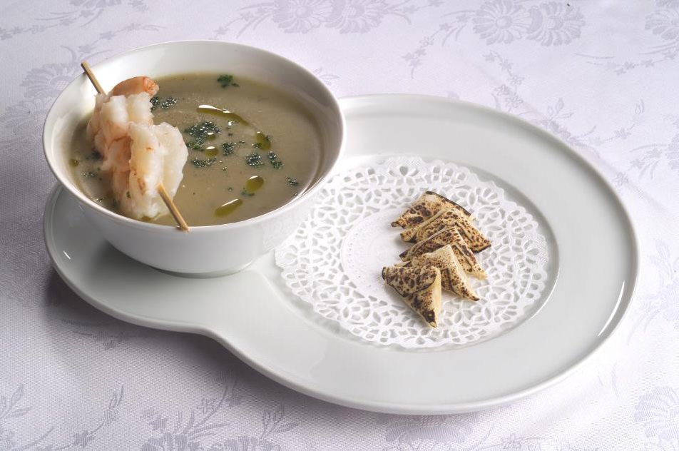Crema di carciofi con raviolini di pasta phillo e gamberoni