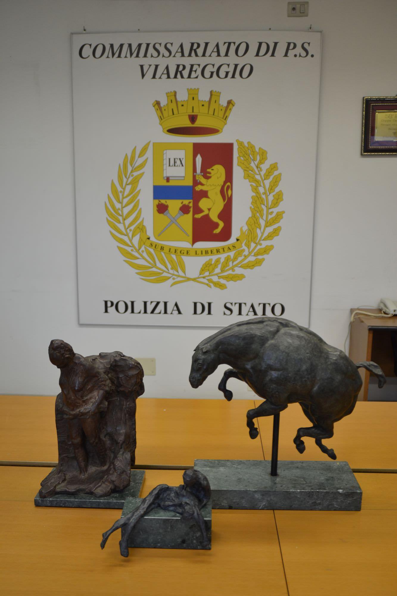 La polizia recupera tre sculture e denuncia una coppia per ricettazione in concorso