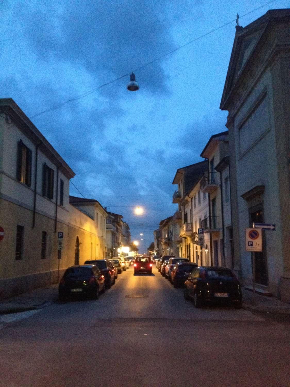 Strada al buio. Commercianti e residenti costretti a comprarsi una lampadina che il comune non può permettersi