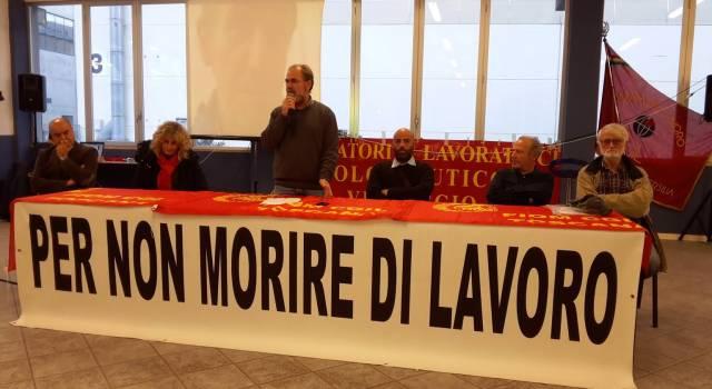 La Fiom consegna una targa alla famiglia del sindacalista morto d'amianto