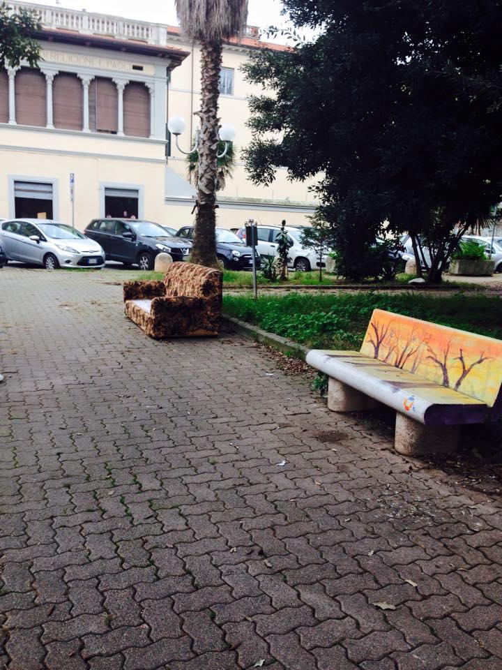 Tra le panchine di piazza Piave spunta un divano