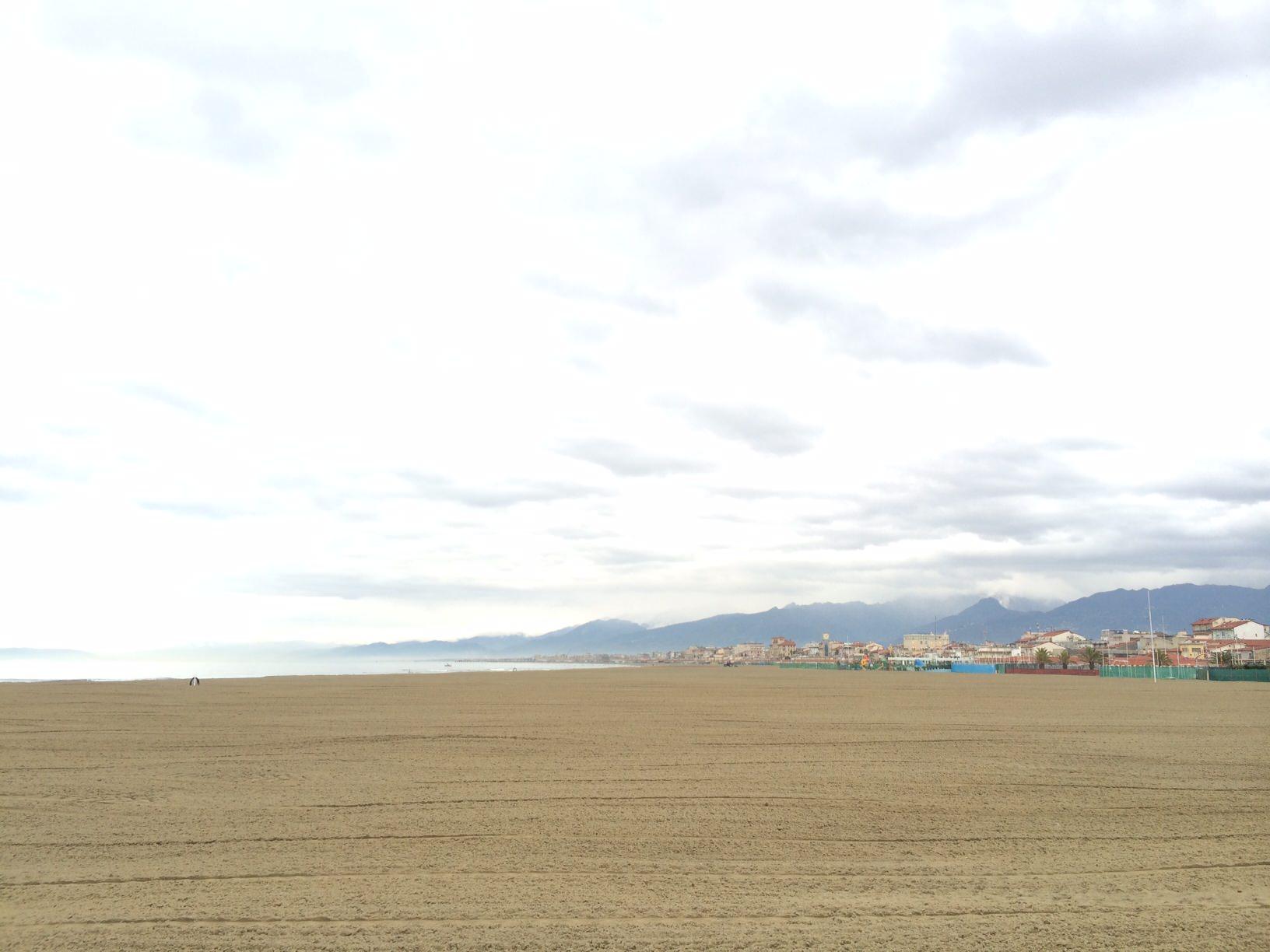 Rimosse decine di tonnellate di rifiuti sulla spiaggia di Viareggio dai balneari